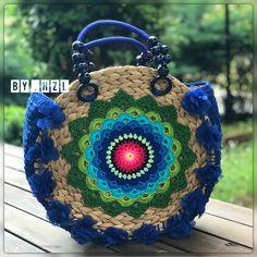 Amanda Boas's media content and analytics Diy Tote Bag, Tote Bags Handmade, Crochet Handbags, Crochet Purses, Diy Bags Easy, Diy Crochet Bag, Straw Handbags, Knitted Bags, Crochet Accessories