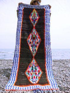 [Marokkanischer Teppich, Boucherouite Flickenteppich, Upcycled Vintage Teppich marokkanischer Teppich, Vintage Deko Hand gewebten Teppich, Boho-Teppich, Berber Teppich]   KOSTENLOSER VERSAND ARTIKEL ***   Dies ist eine wunderschöne Vintage Handwoven Boucherouite Flickenteppich aus Marokko mit Prahlerei reiche, fantastische Farben, Stammes-Motive und der traditionellen Stammes-Design von Amazigh(Berber). Jedes Stück ist ein Unikat und einzigartig!   Material: Recycelten Stoffen und Baumwolle…