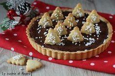 Crostata al cioccolato natalizia, bella da vedere e buona da mangiare, un guscio pasta frolla un cuore di cioccolato, con guarnizioni natalizie