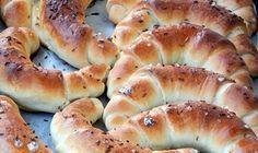 Jemné, křehké a nadýchyné domácí rohlíky, které provoní vaši domácnost. Jednoduché a rychlé na přípravu. :) Bread Recipes, Cooking Recipes, Bread And Pastries, Ciabatta, Brunch, Food And Drink, Pizza, Croissant, Snacks
