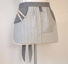 This free sewing pattern is for a peg apron. You'll be look Bag Patterns To Sew, Sewing Patterns Free, Free Sewing, Sewing Tutorials, Sewing Projects, Half Apron Patterns, Bag Tutorials, Sewing Aprons, Sewing Clothes