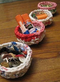 Diy Recycled Plastic Bag Mini Basket Organizers – tutorial Source by britortiz Plastic Bag Crafts, Plastic Bag Storage, Recycled Plastic Bags, Recycled Crafts, Recycling, Diy Recycle, Reuse, Yarn Projects, Diy Projects To Try