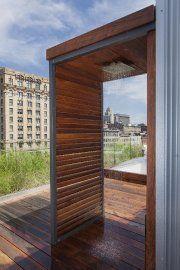 Un appart du vieux Montréal et sa douche extérieure Construction, Future House, Outdoor Showers, Patio, Windows, Mirror, Garden, Camping, Home Decor