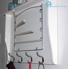 LOVE LOVE LOVE this little DIY laundry room drying rack:)