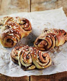 Kanelipullat | K-ruoka Kanelipullat muotoillaan tällä kertaa viuhkamaisesti. Toki samalla reseptillä onnistuu myös perinteiset korvapuustit. Brioche Recipe, Something Sweet, Sweet Bread, Bread Baking, Let Them Eat Cake, Cinnamon Rolls, Italian Recipes, Baked Goods, Brunch