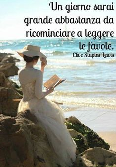 lecture reading ⚓ a white dress and hat at the beach. Story Inspiration, Character Inspiration, Story Ideas, Woman Reading, Reading Art, Beach Reading, Reading Books, Elegant Woman, Fairy Tales