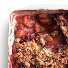 Peach crumble is one of the most delicious desserts to make using this sweet stone fruit. Take advantage of summer's perfect peaches by making this easy dessert today. Peach Crumble, Fruit Crumble, Crumble Recipe, Desserts To Make, Delicious Desserts, Yummy Food, Quiches, The Joy Of Baking, Desert Recipes