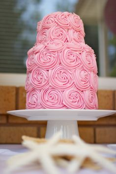 I'm in love with this rose cake! Great effect with relatively simple piping.