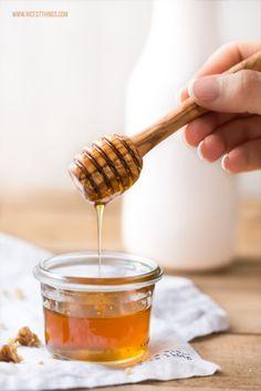 Honig-Joghurt-Tiramisu mit karamellisierten Walnüssen - Nicest Things Chimney Cake, Deserts, Honey, Schnapps, Finger Food, Kuchen, Honey Dessert, Postres, Dessert