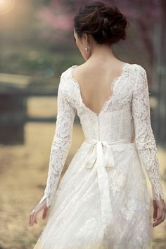 long sleeve lacey wedding dress I really love this (: