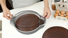 Una idea muy útil!!! Nibble: A cake pan that lets you taste the cake without changing the shape of the cake. This. Is. Genius!