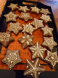 Gingerbread henna patterns - these would make perfect cinnamon dough ornaments. Christmas Goodies, Christmas Baking, Christmas Holidays, Christmas Crafts, Xmas, Honey Cookies, Sugar Cookies, Christmas Gingerbread, Gingerbread Cookies