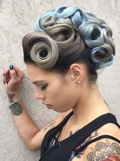 Rollers styles are best for curls to give them a new and cool look. Browse this post for gorgeous and unique ideas of curly haircuts with various hair colors and styles in These are most suitable hair colors for fashionable women and girls in modern era. Curly Hair Cuts, Curly Hair Styles, Retro Hairstyles, Wedding Hairstyles, Roller Curls, Peinados Pin Up, Rockabilly Hair, Rockabilly Style, Corte Y Color