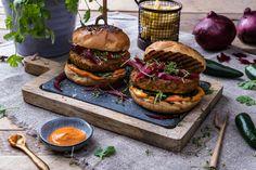 Liv Laga vegetarburger med chilimajones, syltet løk og spinat.