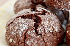 Recette de Biscuits Crinkles au chocolat : la recette facile Cake Factory, Cookie Brownie Bars, Bakery Business, Pastel, Pavlova, Cake Cookies, Yummy Cakes, No Bake Cake, Easy Desserts