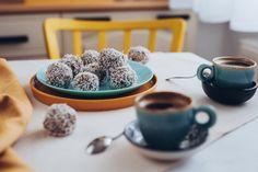 Priprav si aj ty tieto vynikajúce kokosové guľky z banánu a ovsených vločiek. Vhodné na desiatu, olovrant či ako rýchly snack napr. aj na túru. Cereal, Breakfast, Tableware, Recipes, Food, Morning Coffee, Dinnerware, Tablewares, Recipies