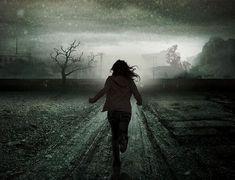 chica corriendo por camino oscuro,,cuando realmente somos víctimas de malas acciones.