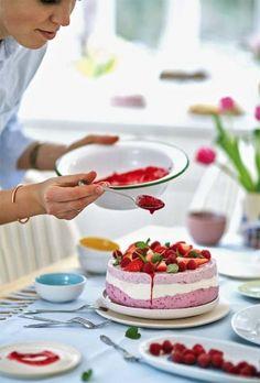 Sernik na zimno, fot. Rafał Meszka #sernik #zimno #jogurtowy #desery #ciasta #kuchnia #gotowanie #kucharz #gospodyni #truskawki #maj #gotować #stół #kucharka #kobieta #łyżka #miska #ręka #cooking #cakes #cook #woman #strawberries #fruits #quick #recipes #table #kitchen #Wielkanoc Maj, Panna Cotta, Ethnic Recipes, Food, Dulce De Leche, Eten, Meals, Diet