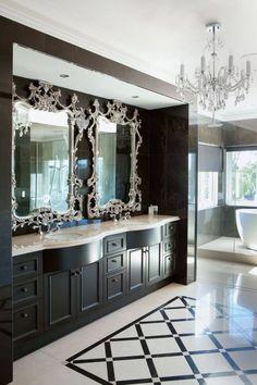 salle de bains graphique avec décoration néo-baroque