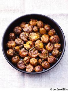Recette Petites pommes de terre écrasées  : Allumez le four sur th. 7/210°.Lavez les pommes de terre grenaille, rangez-les dans un plat à four, arrosez-le...