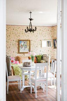 Förmakets  väggar har en blommande  tapet, som harmonierar  med de vita möblerna och den spröda takkronan. Toalettväska, Lisbeth Dahl.