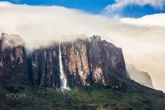 Waterfall from Kukenan tepui - null
