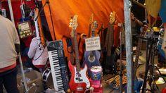 El tianguis de los músicos, un paseo entre música y microbuses. Este tianguis es para echar palomazo, tocar a Led Zeppelin con mandolina y salir con una lira autografiada. http://cronicasdeasfalto.com/el-tianguis-de-los-musicos-un-paseo-entre-musica-y-microbuses/