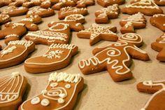 Sokféle puha mézeskalács recept található az interneten, amik azt ígérik, hogy azonnal omlós, puha lesz a mézeskalács. Sokfélét kipróbáltam már, és sokszor csalódtam ezekben a receptekben, mert nem lettek puhák a Best Christmas Cookies, Christmas Desserts, Diy Christmas, Yummy Treats, Sweet Treats, Yummy Food, Baker Recipes, Cookie Recipes, Homemade Cookies