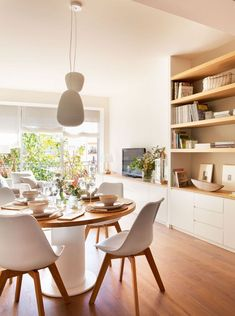 Take advantage of your bed to save - Porque amo la Deco del hogar, es un arte - Dining room integrated in the living room with round table in white and wood - Small Room Decor, Small Rooms, Home Living Room, Living Room Decor, Home Interior, Interior Design, Sweet Home, Muebles Living, Dining Room Inspiration