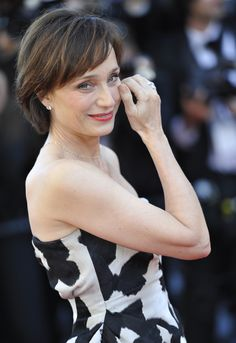 Kristin Scott Thomas, on aging: 'Men grow in gravitas while women just disappear' Beautiful Old Woman, The Most Beautiful Girl, Pretty Woman, Kristin Scott Thomas, Chic Haircut, Dark Circles Under Eyes, Classic Movie Stars, Ageless Beauty, British Actresses