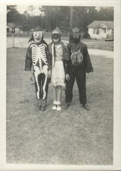 A Vintage Halloween. Wish I knew the year. Halloween Make, Creepy Halloween, Halloween Costumes, Retro Halloween, Halloween 2020, Halloween Ideas, Vintage Halloween Photos, Halloween Pictures, Mother Photos