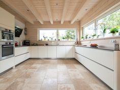 Stilmix: Der naturnahe Boden passt auch wunderbar zu modernen Küchen und unterstreicht deren Geradlinigkeit – jonastone
