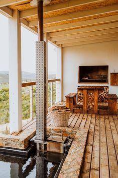 Blue Crane Farm Lodge is teen die hange van die Houwhoekberge, langs die pragtige Van Der Stel-pas en net 6,4 km van Botrivier af. Verblyf word in 4 moderne selfsorgkothuise wat elkeen slaapplek vir 4 gaste het aangebied. Die kothuise het elk 2 slaapkamers, 1 badkamer en 'n oopplan-kombuis en -leefarea. Elke leefarea bied toegang tot die stoep met stoepmeubels, 'n houtvuur-warmbad en braaigeriewe. Vars brood en plaasmelk word soggens deur 'n dienluik langs die kombuisdeur bedien. South Africa, Pergola, Outdoor Structures, Patio, Outdoor Decor, Home Decor, Decoration Home, Terrace, Room Decor