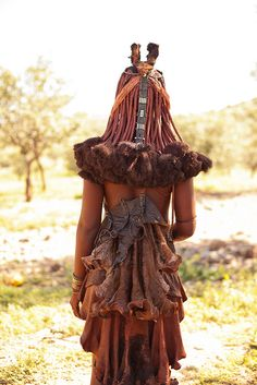 Details of the back of a Himba woman's clothing that she wears on a daily basis, Namibia © Philippe Clairo ~ Craignos Beauty Around The World, People Around The World, Ethnic Fashion, African Fashion, Punk Fashion, Lolita Fashion, Traditional Fashion, Traditional Dresses, Black Is Beautiful