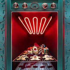 The Best 2018 Holiday Windows Displays in New York City - Vogue Window Display Design, Store Window Displays, Retail Displays, Shop Displays, Christmas Window Display Retail, Visual Merchandising Displays, Visual Display, Le Grinch, Ville New York
