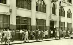 In the pre T V era the photographic display of the Cape Argus in St.George's street always attracted huge interest from passers by. Is this still on-going? St George's, Cape Town South Africa, Historical Pictures, Old Houses, Old Photos, Street View, Display, History, City