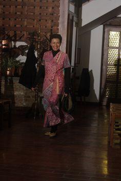 abito con risonanze orientali dipinto interamente a mano
