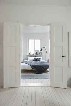 """Nice interior! And tha doors are fitted with our door handle """"Rand"""". http://www.byggfabriken.com/sortiment/dorrhandtag/klassiska-dorrahandtag/info/produkter/560-161-trycke-rand/"""