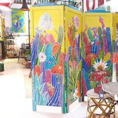 Quais surpresas o clima ou intenso da ilha nos reserva hoje? Na dúvida vamos com o colorido da @teiuarte que nunca falta! A loja reabre amanhã: fiquemos de olho nas novidades! #colaparceiros #colaadora #cores #decorcriative #cactus #biombo #arte #pintura