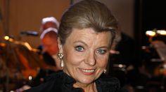 Dronningen af standarddans bliver undertiden også kaldt dronning Margrethe, fordi hun artikulerer så tydeligt og korrekt. Selv siger hun, at det gjorde man jo, da hun i 1974 forlod Danmark.