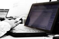 Für gehörlose Menschen stellt der Alltag und damit auch die Nutzung vom Internet oft weit größere Probleme da, als lediglich das Verstehen von Podcasts, Videos oder Filmen. (Image: Ministerio TIC Colombia [CC BY 2.0], via Flickr)