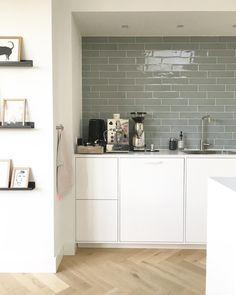 Interior design Kvik kitchen keuken #studionestathome #interieurontwerp #interieuradvies #interieurarchitect #interiordesign #lichtplan #lichtadvies #projectheiloo tegels vt wonen sea green