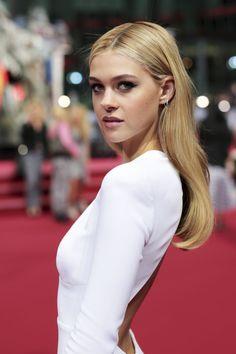 Vestidos blancos: ¿para una fiesta o para casarse? #vestidosblancos #alfombraroja #famosas