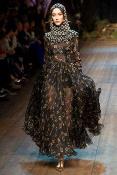 Na coleção de inverno de 2015 de D&G, percebe-se a influencia da Idade Média, com vestidos no estilo de túnicas, sapatos no estilo poulainer e uma espécie de moldura que cobre envolve o rosto.