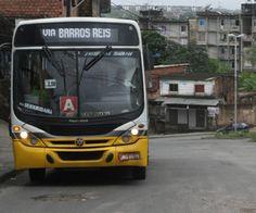 Salvador tem um ônibus para cada 333 moradores    Capital baiana tem a 6ª frota entre as capitais brasileiras, aproximadamente cinco vezes menor do que a de São Paulo - Segundo dados da frota municipal do mês de julho deste ano, do Departamento Nacional de Trânsito (DENATRAN), há 7.512 ônibus em Salvador. Isto representa um ônibus para quase 333 pessoas, utilizando estimativas da população com data de referência em 1º de julho de 2012 do Instituto Brasileiro de Geografia e Estatística…