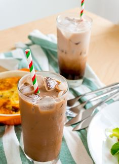 Only espresso, sugar, cocoa powder, ice and milk are needed to make this delicious iced mocha to cool off this summer heat! Iced Mocha Recipe, Highlands Coffee, Good Food, Yummy Food, Coffee Photography, Cafe Food, Healthy Juices, Matcha Green Tea, Food Trends