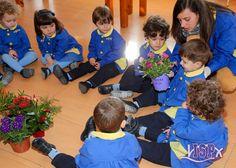 Aprovechandola llegada de la primavera, los alumnos del grupo de P2 #BabygardenISP observan las flores y las plantas. #InteligenciaNaturalistaISP