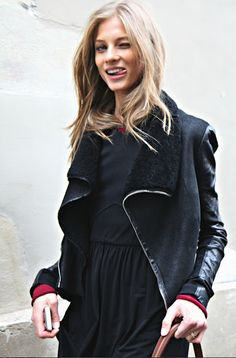 con la chaqueta nueva y la falda negra