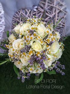 Bouquet con rosa bianca, camomilla, lavanda e piante aromatiche. Bouquet with white roses, chamomile, lavander and aromatic plants. Brautstrauß mit weißen Rosen, Kamille und Gewürzpflanzen.