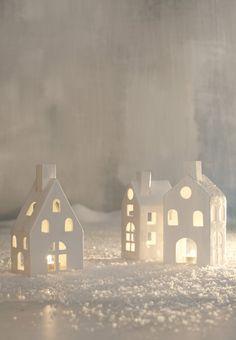 Beautiful display for a White Christmas. Clay Houses, Putz Houses, Ceramic Houses, Paper Houses, Miniature Houses, Noel Christmas, All Things Christmas, Winter Christmas, Christmas Crafts